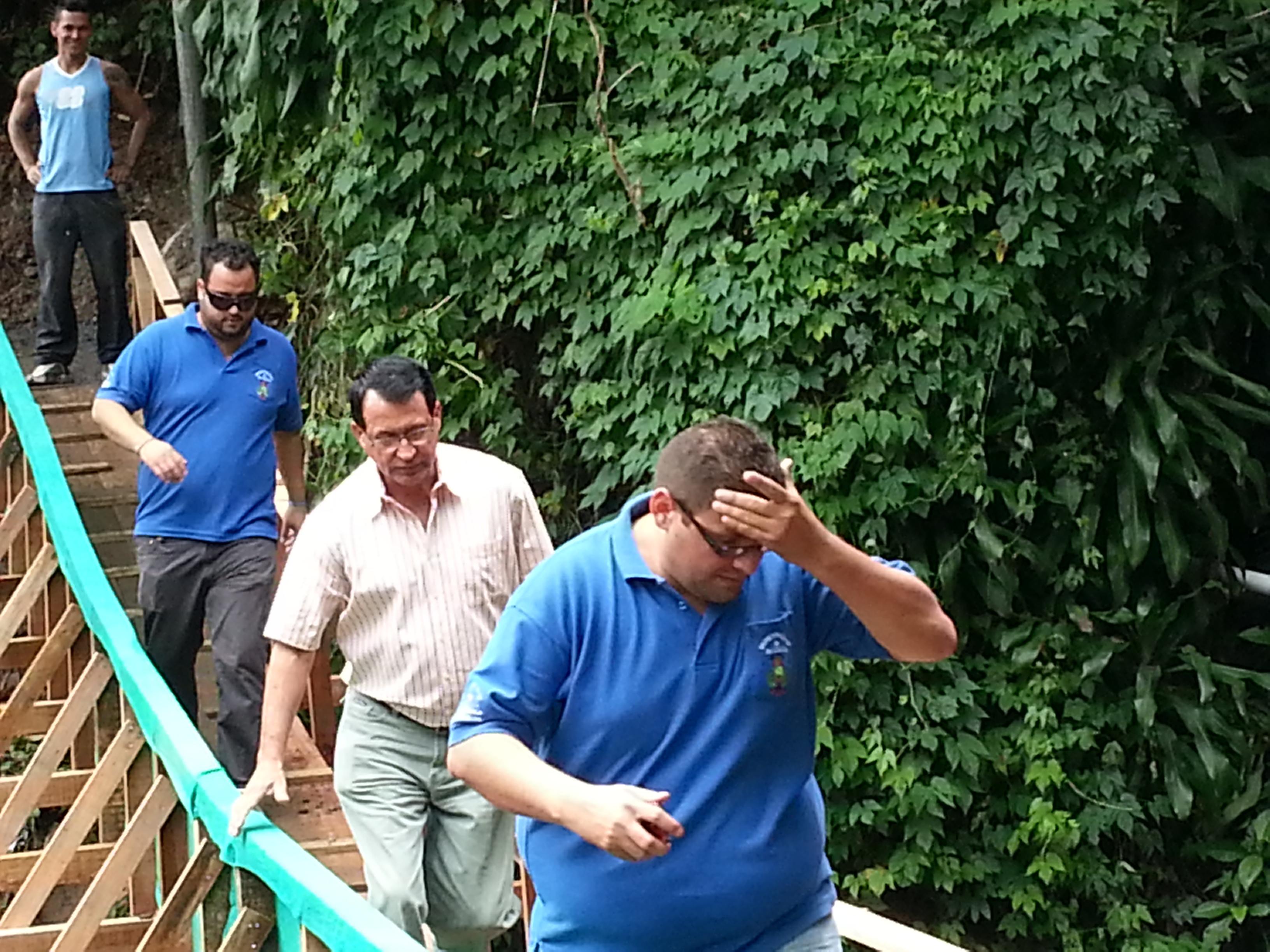 Nelson Castro, promotor social del municipio de Acosta, Luis Durán, alcalde, y el Carlos Pérez visitaron hoy el puente en Tablazo.