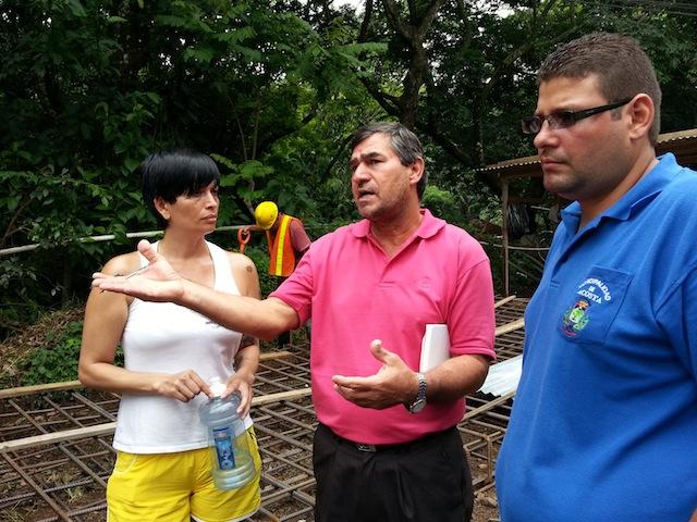 José María Murillo, del Ministerio de Salud, de Acosta tiene sus reservas sobre el puente peatonal instalado por la empresa Escojisa.